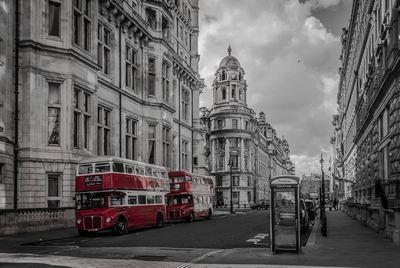 Londyńska ulica w pochmurny dzień