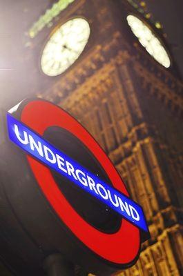 Zejście do Londyńskiego metra na tle Big Bena